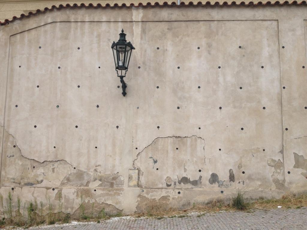 Un mur dans la rue, hauteurs de Prague.