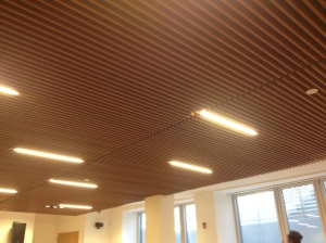 On the basement, a conference room is available for classes but also for the local community to use. On the ceiling, the soundproofing and technical elements are integrated in the warm wooden ply.